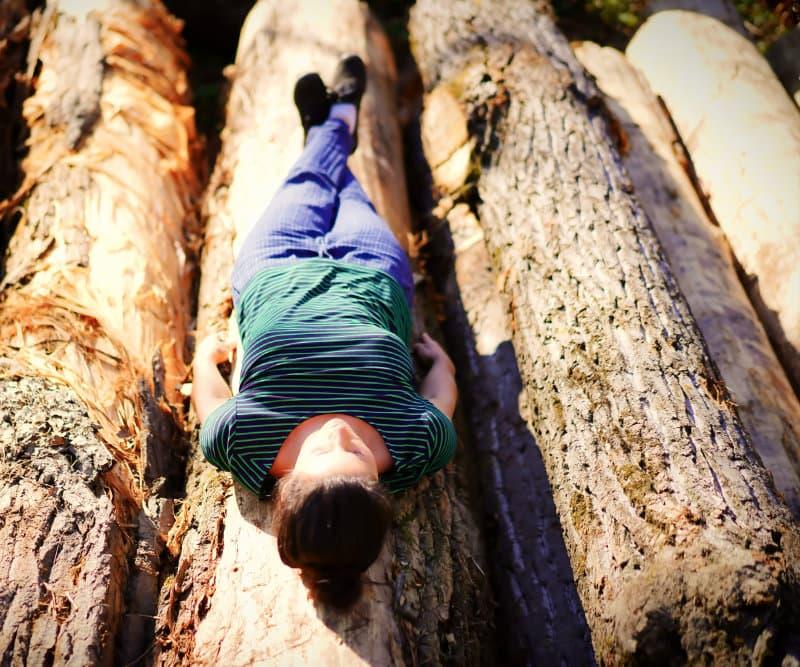 auf Bäumen liegen
