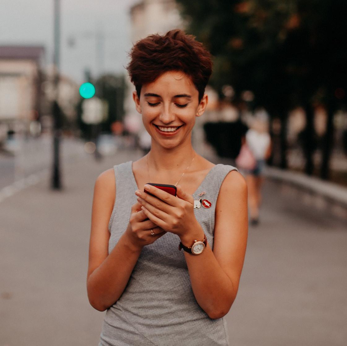 mulher usando seu smartphone
