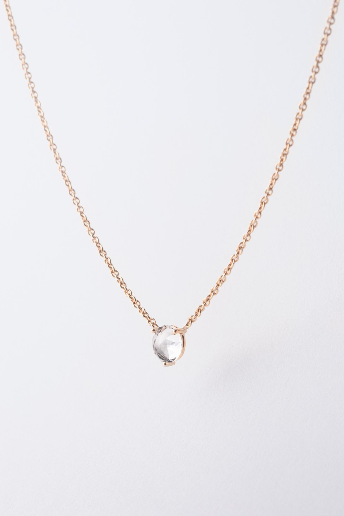 Foto von einer Halskette in Roségold mit einem Bergkristall