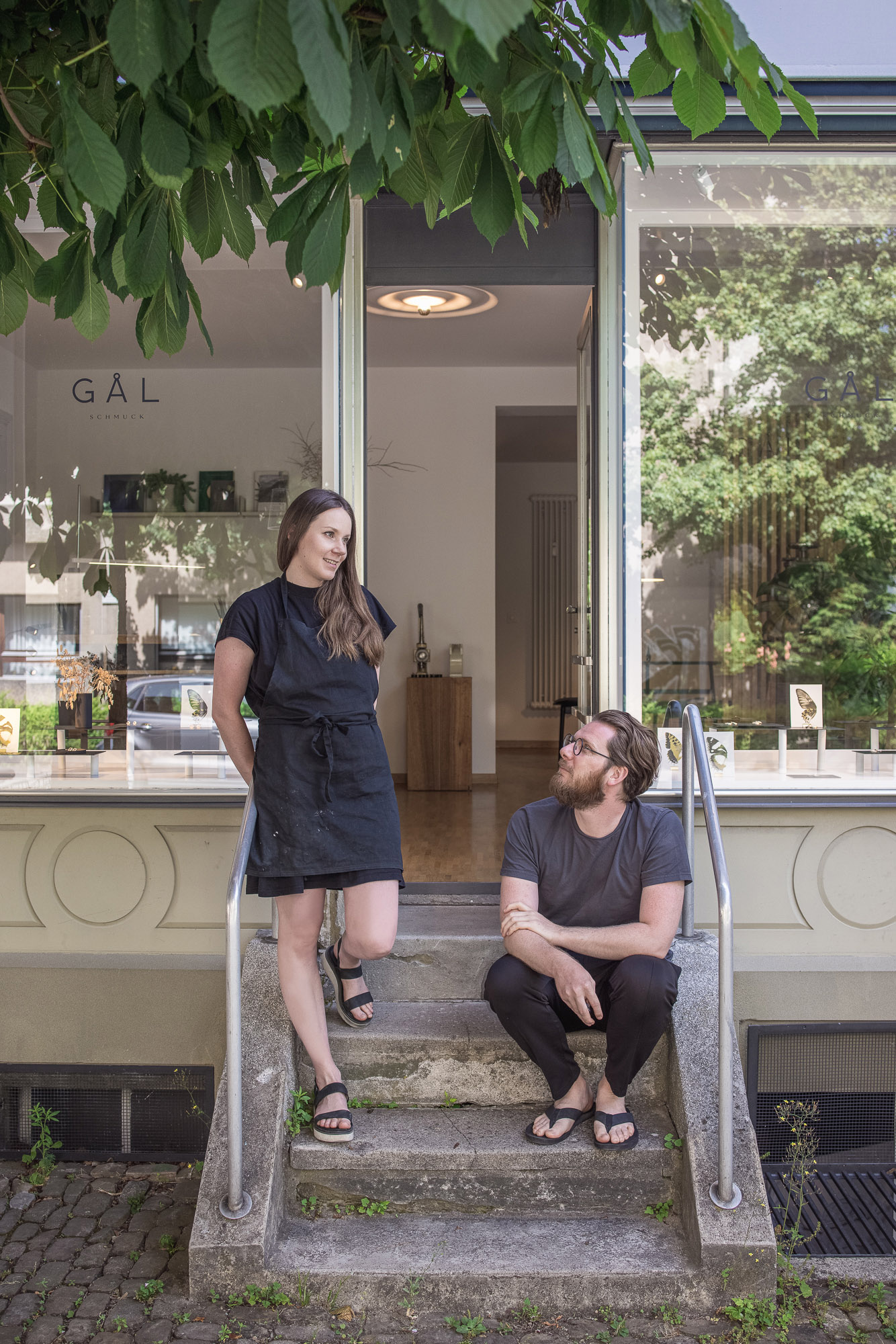 Portraitfoto von Fabienne und Dani vor dem Ladenlokal