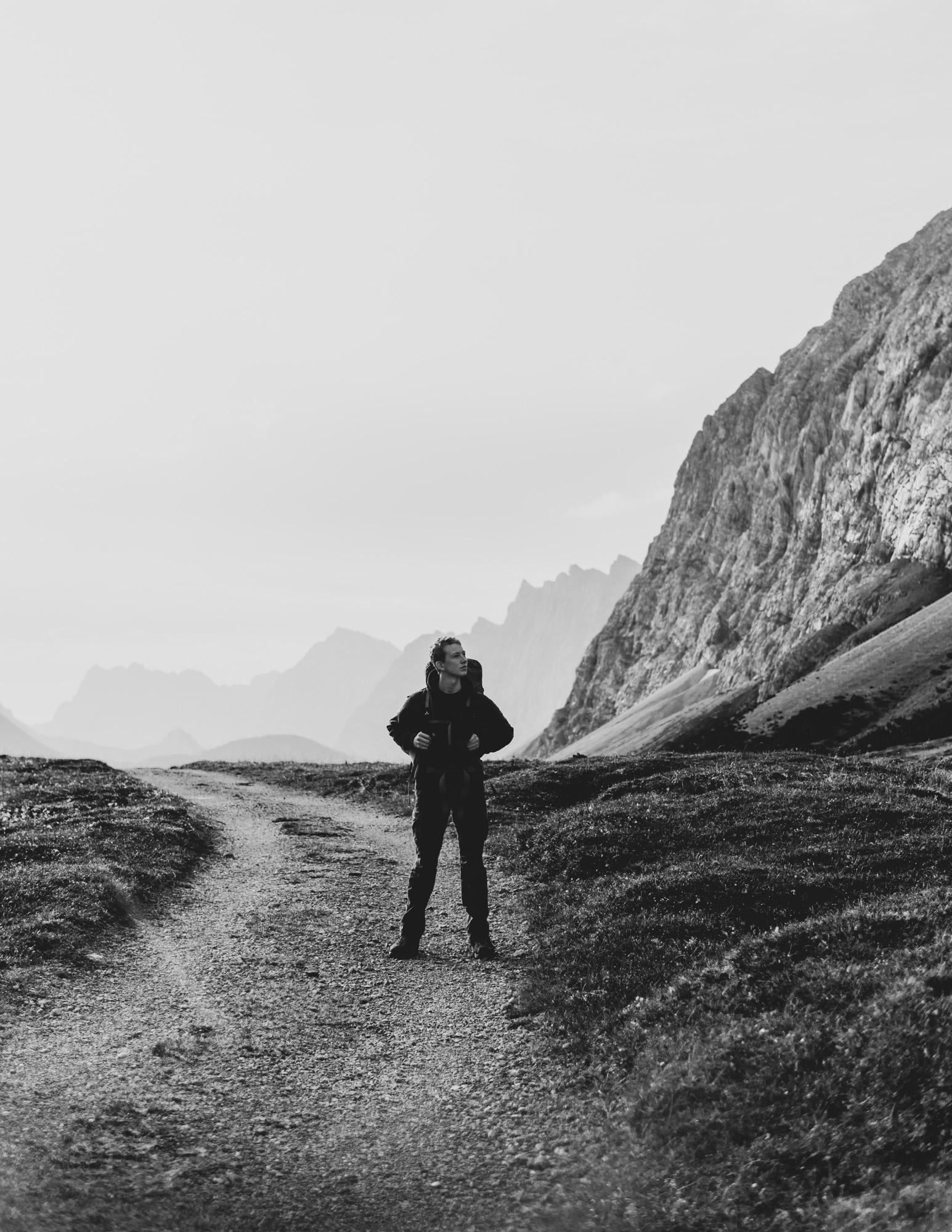 Junger Wanderer im Karwendelgebirge mit Panorama im Hintergrund