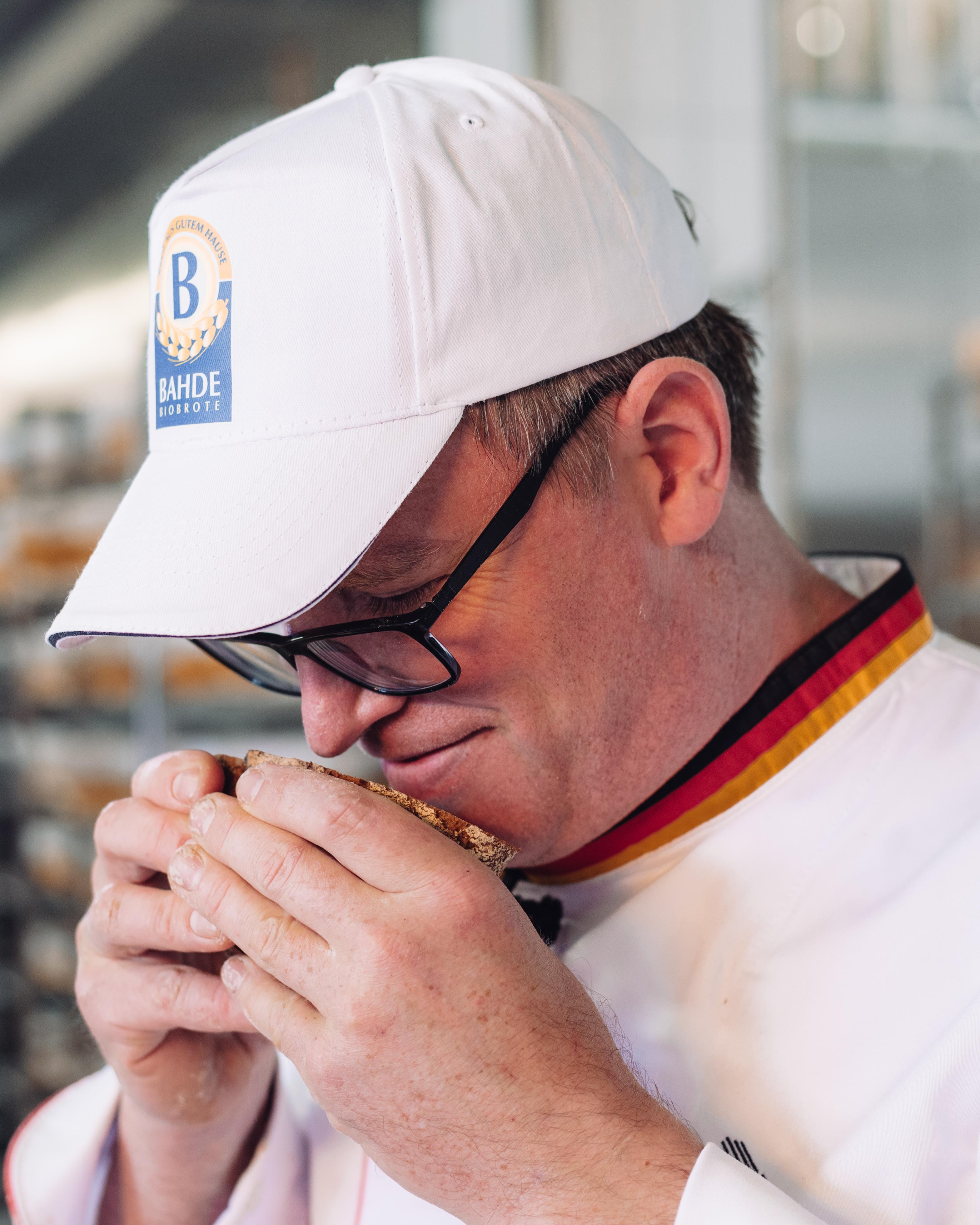 Brot-Sommelier und Bäckermeister Marco Holm riecht die NullProzent-Kruste und überprüft die Qualität.