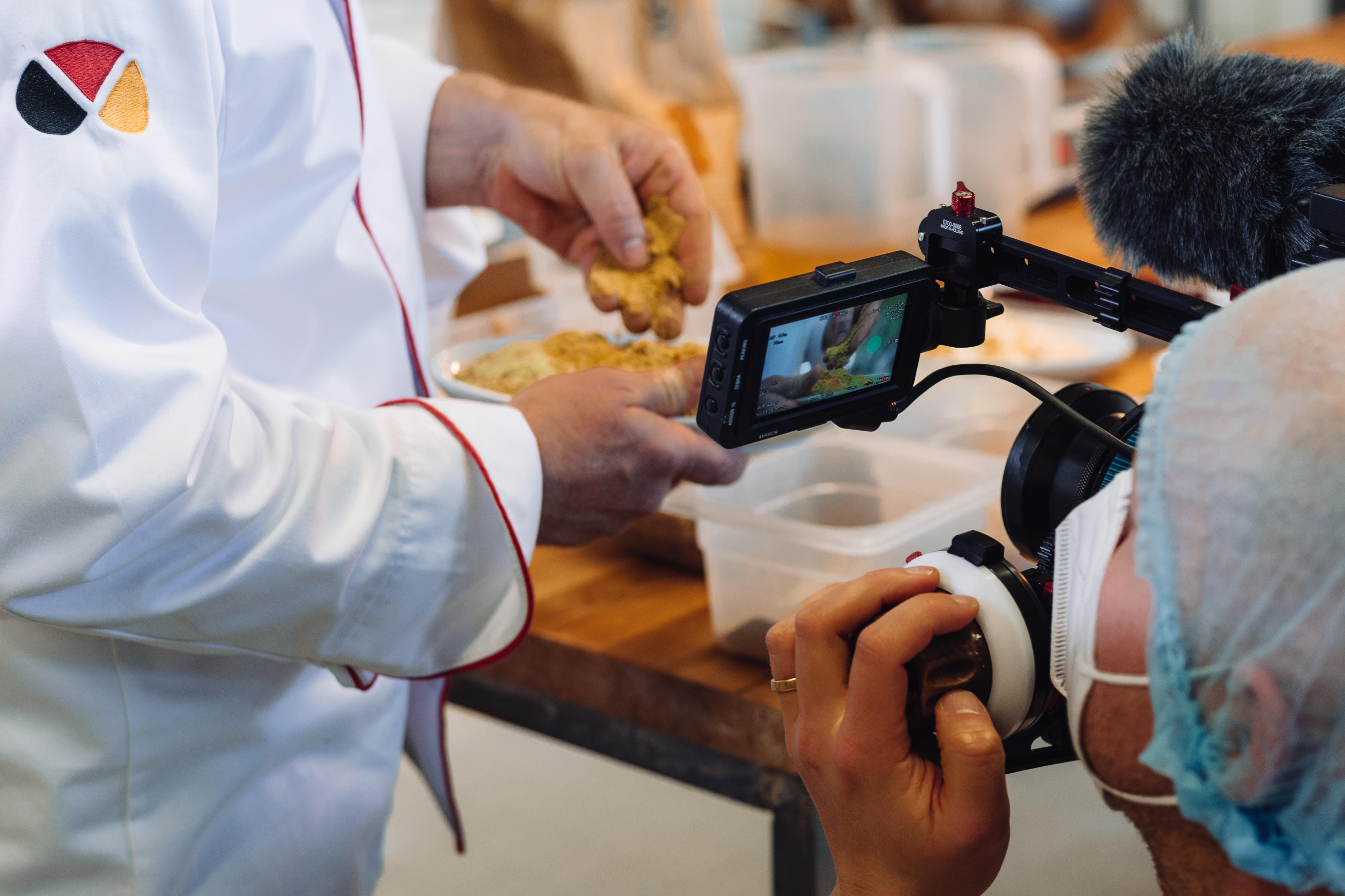 Ein Kameramann filmt die Gewürze der NullProzent-Kruste.