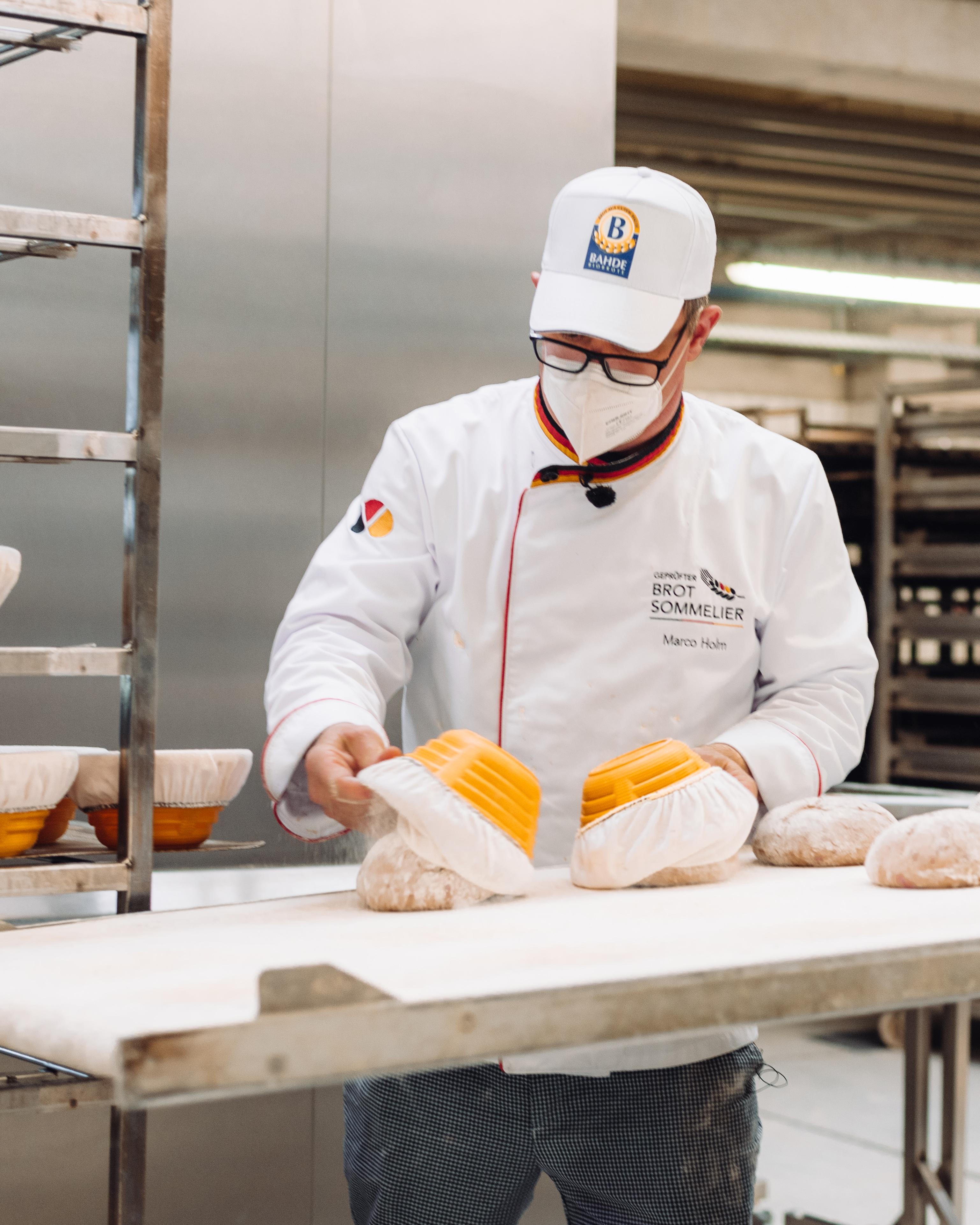 Brot-Sommelier und Bäckermeister Marco Holm beim Abkippen der NullProzent-Kruste auf den Abziehwagen.