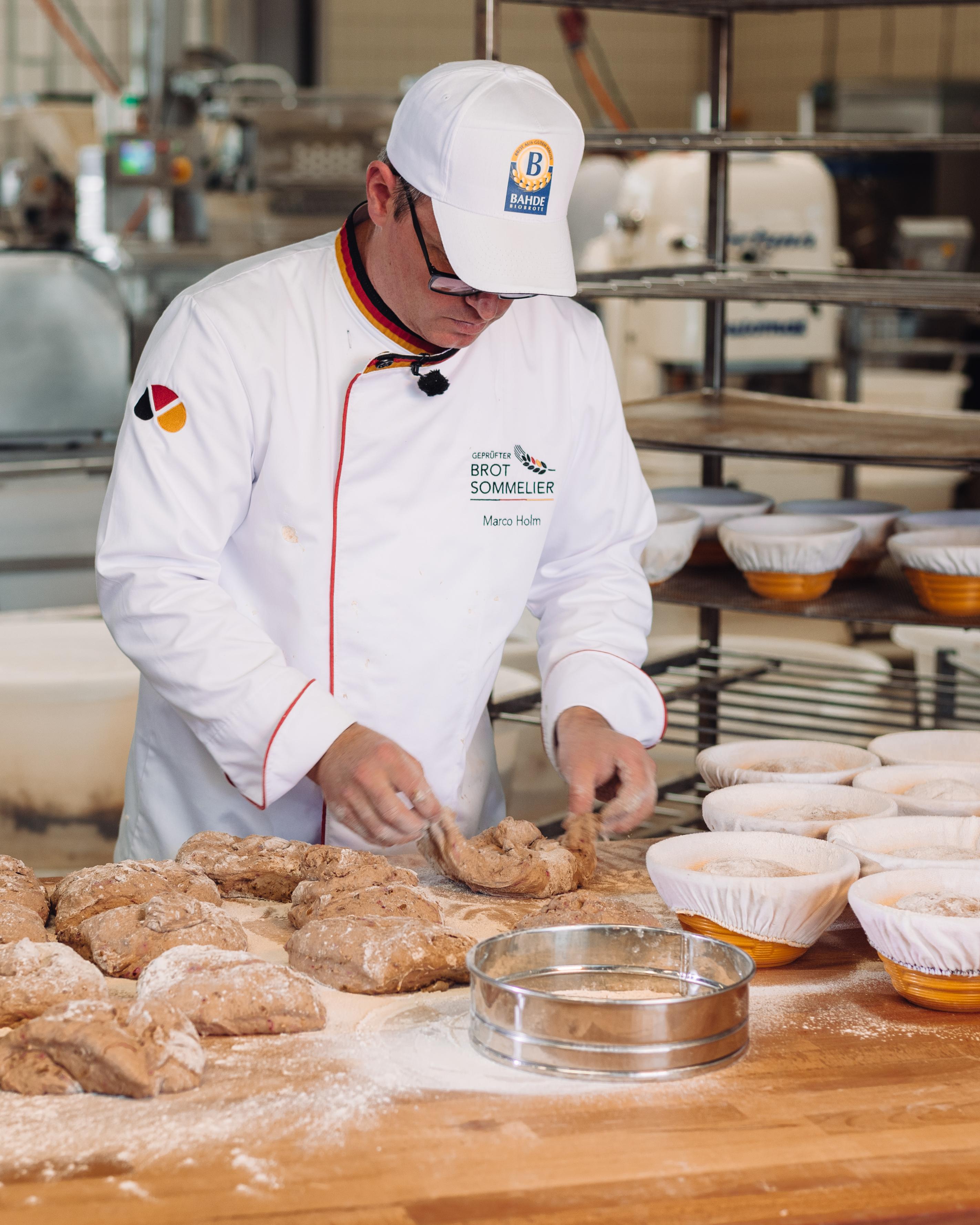 Brot-Sommelier und Bäckermeister Marco Holm beim Kneten der NullProzent-Kruste.