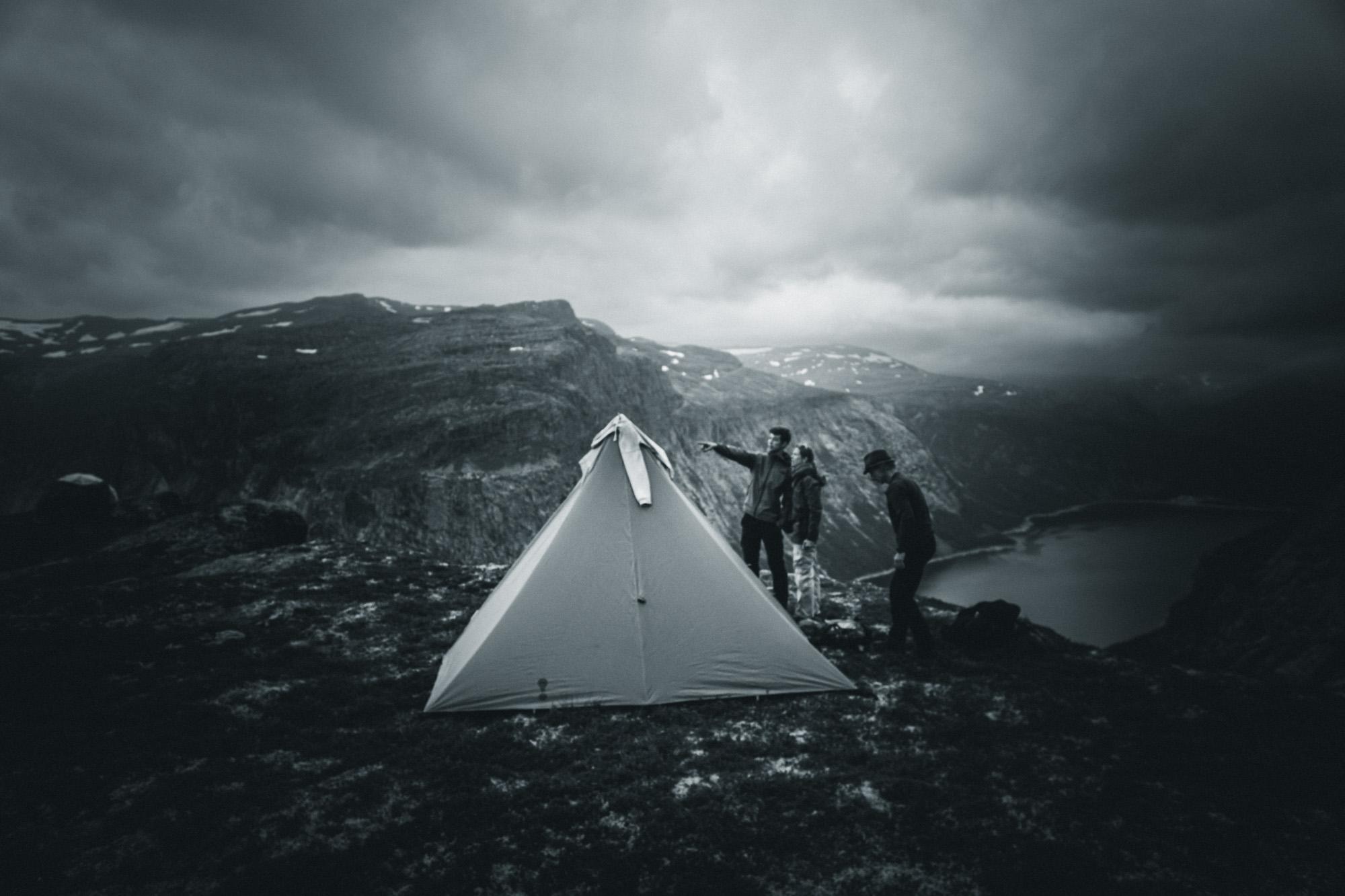 Zelten in Norwegen auf Gipfel über Fjord