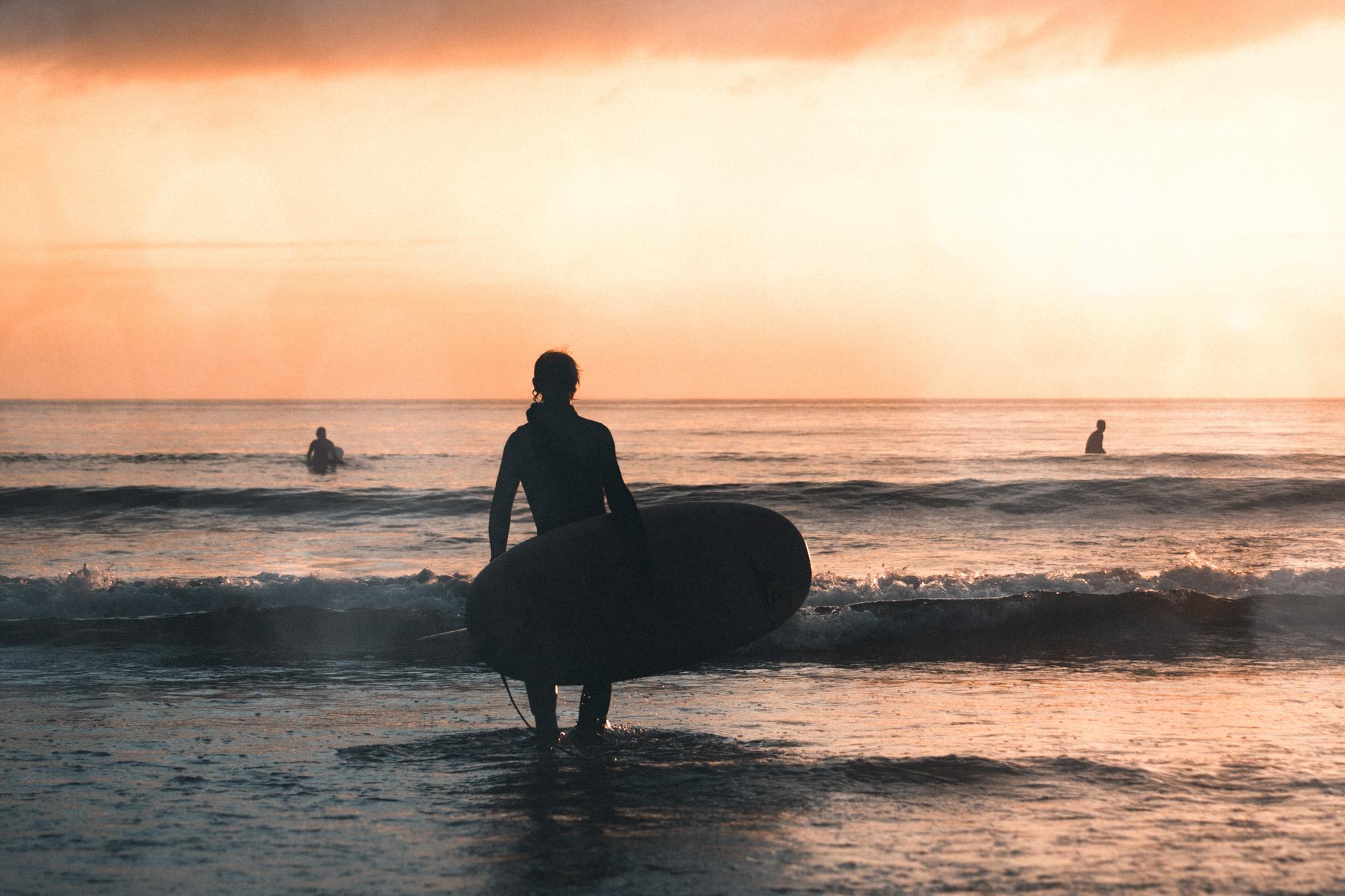 Surfer im Sonnenuntergang in Norwegen