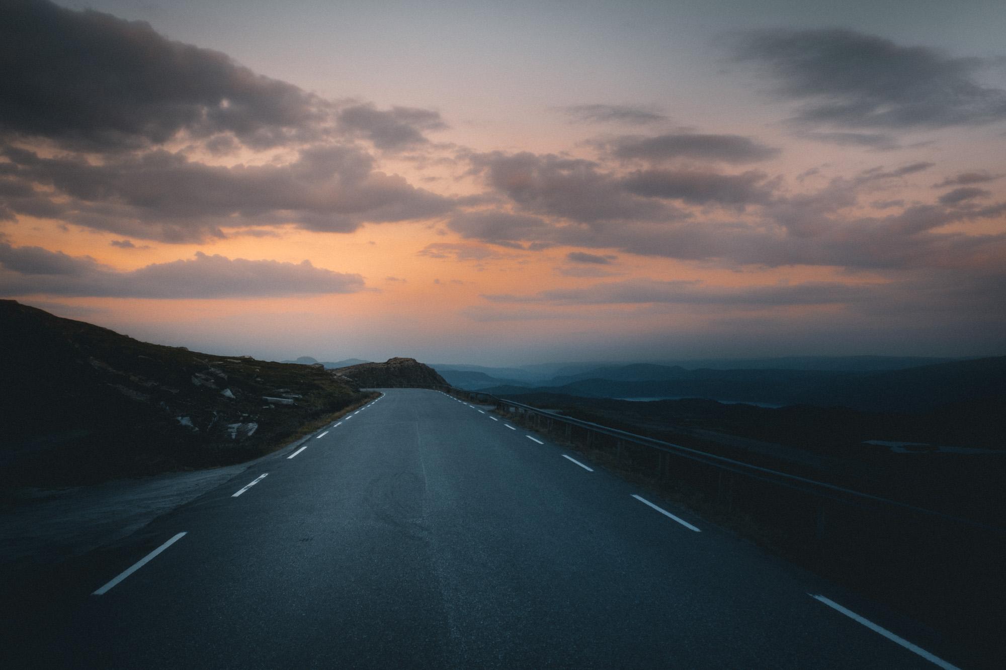 Straße im Sonnenuntergang in Norwegen