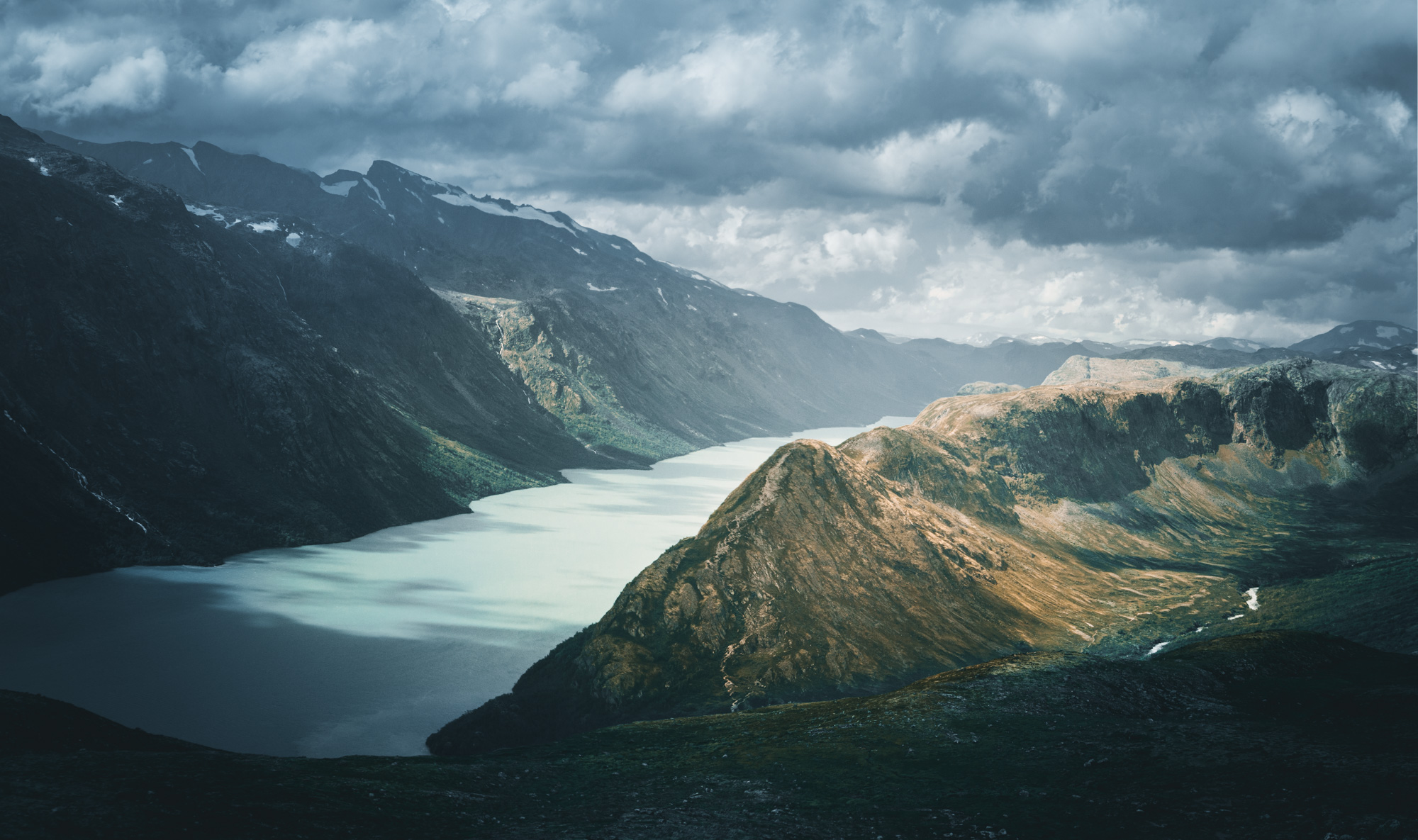Bergpanorama mit dramatischem Himmel und Fjord in Norwegen