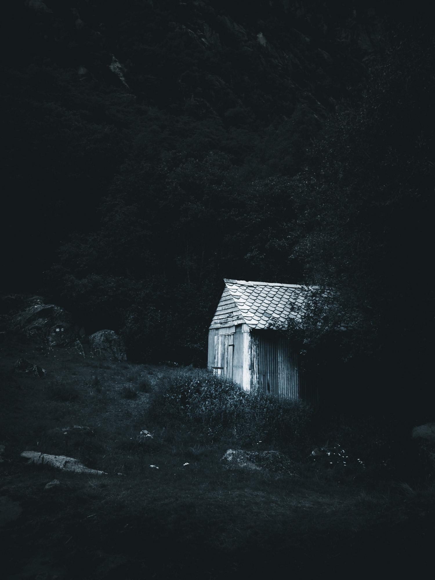Hütte in Norwegen in der Blauen Stunde