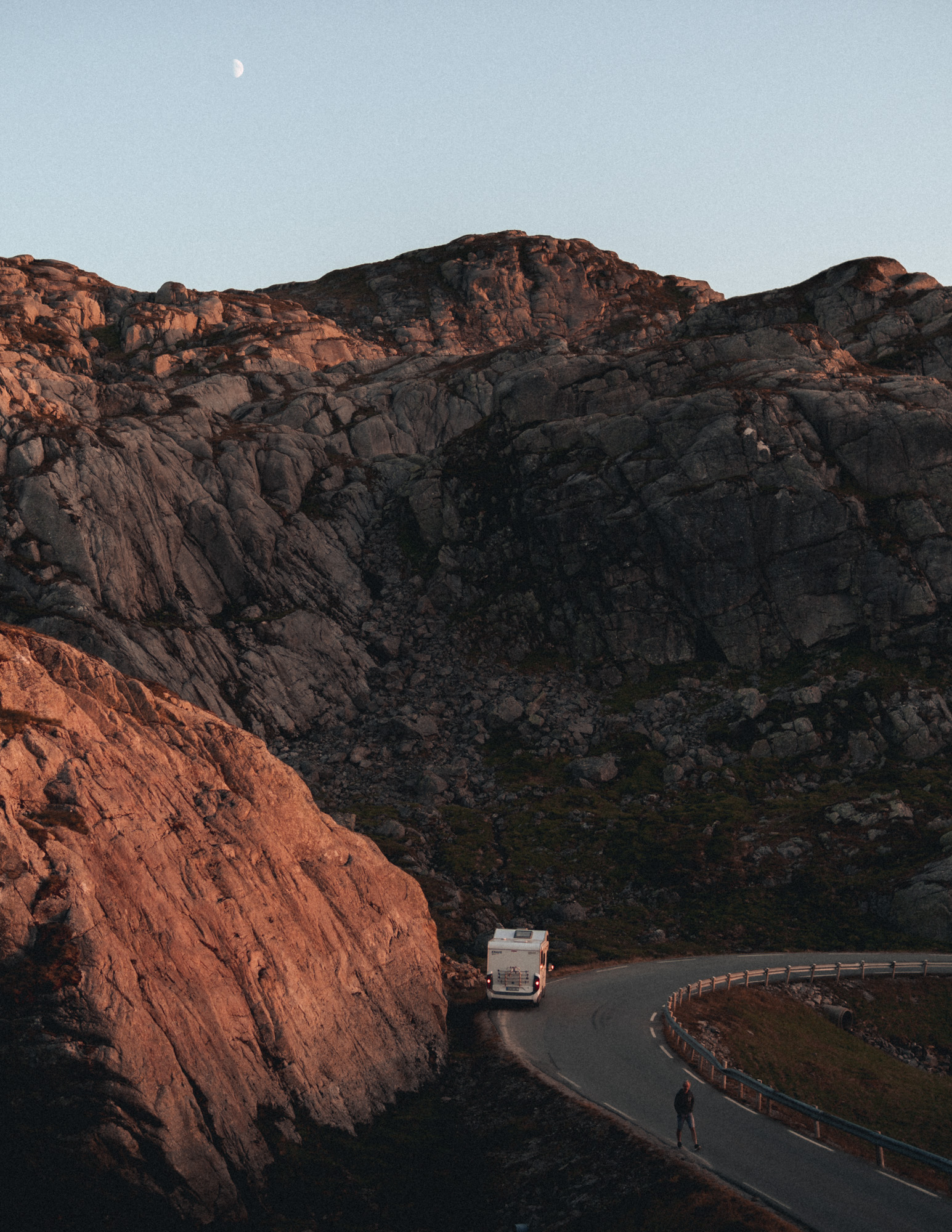 Wohnmobil am Straßenrand in Norwegen