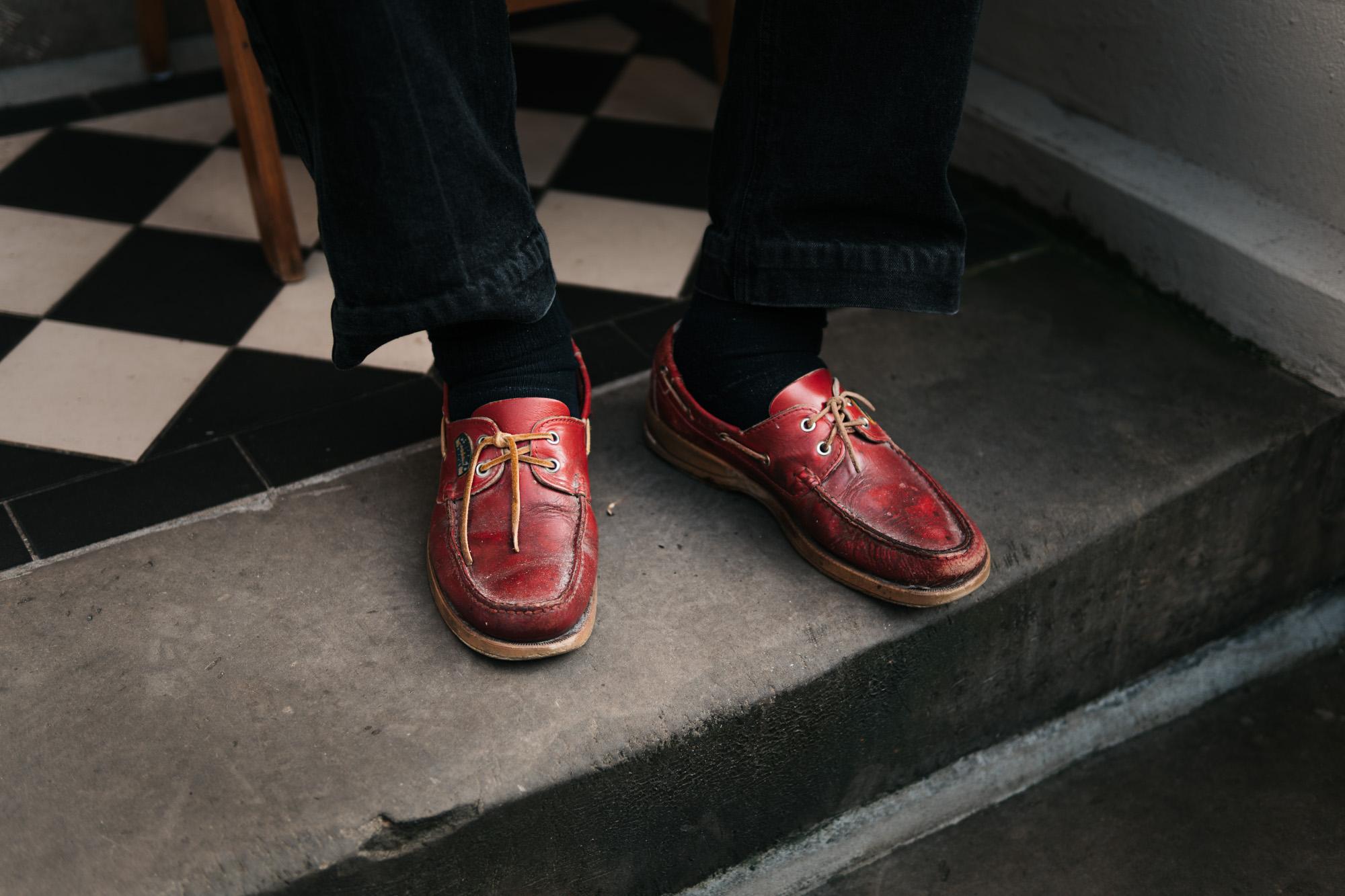 H.W. Sotrop Rote Schuhe auf Veranda