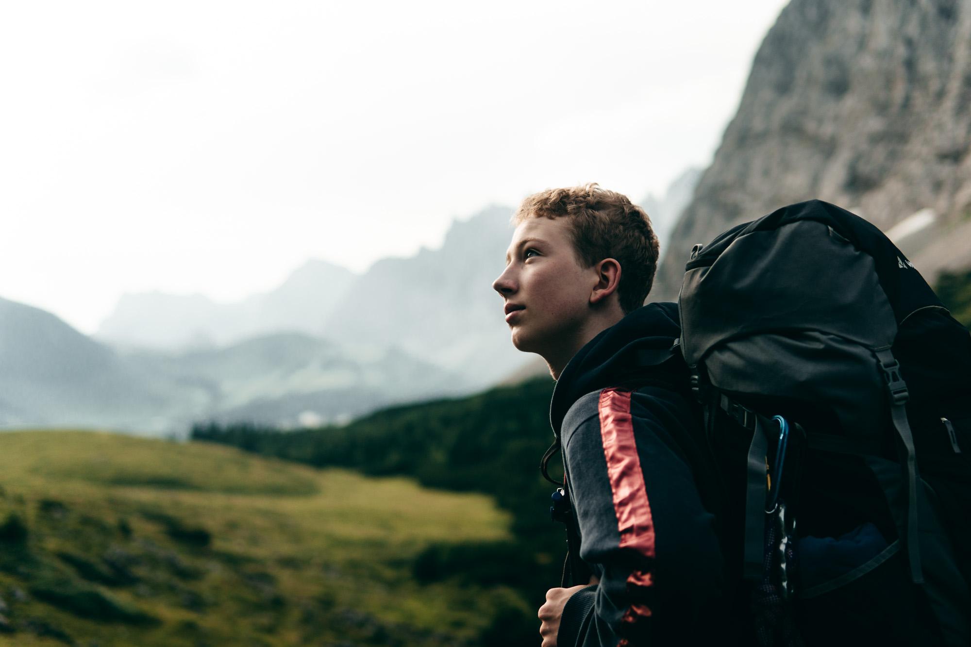 Junger Wanderer vor Alpenpanorama
