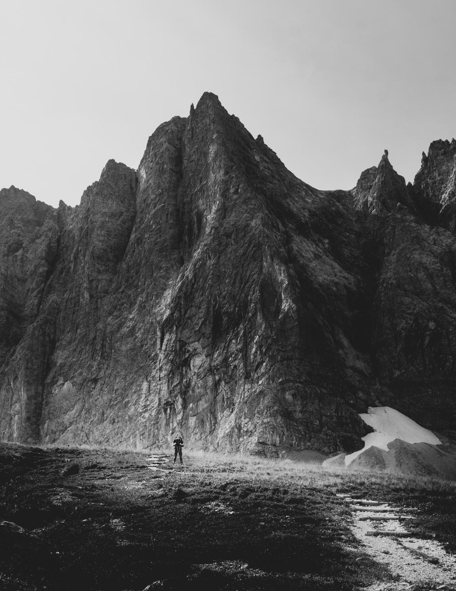 Wanderer vor Felsmassiv im Karwendelgebirge