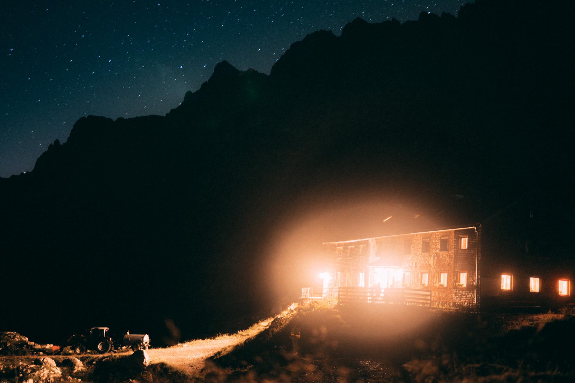 Lamsenjochhütte im Karwendelgebirge bei Nacht