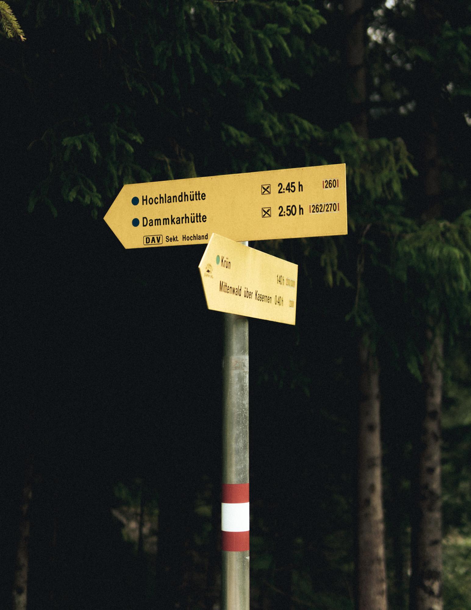 Wegweiser Hochlandhütte Karwendelgebirge