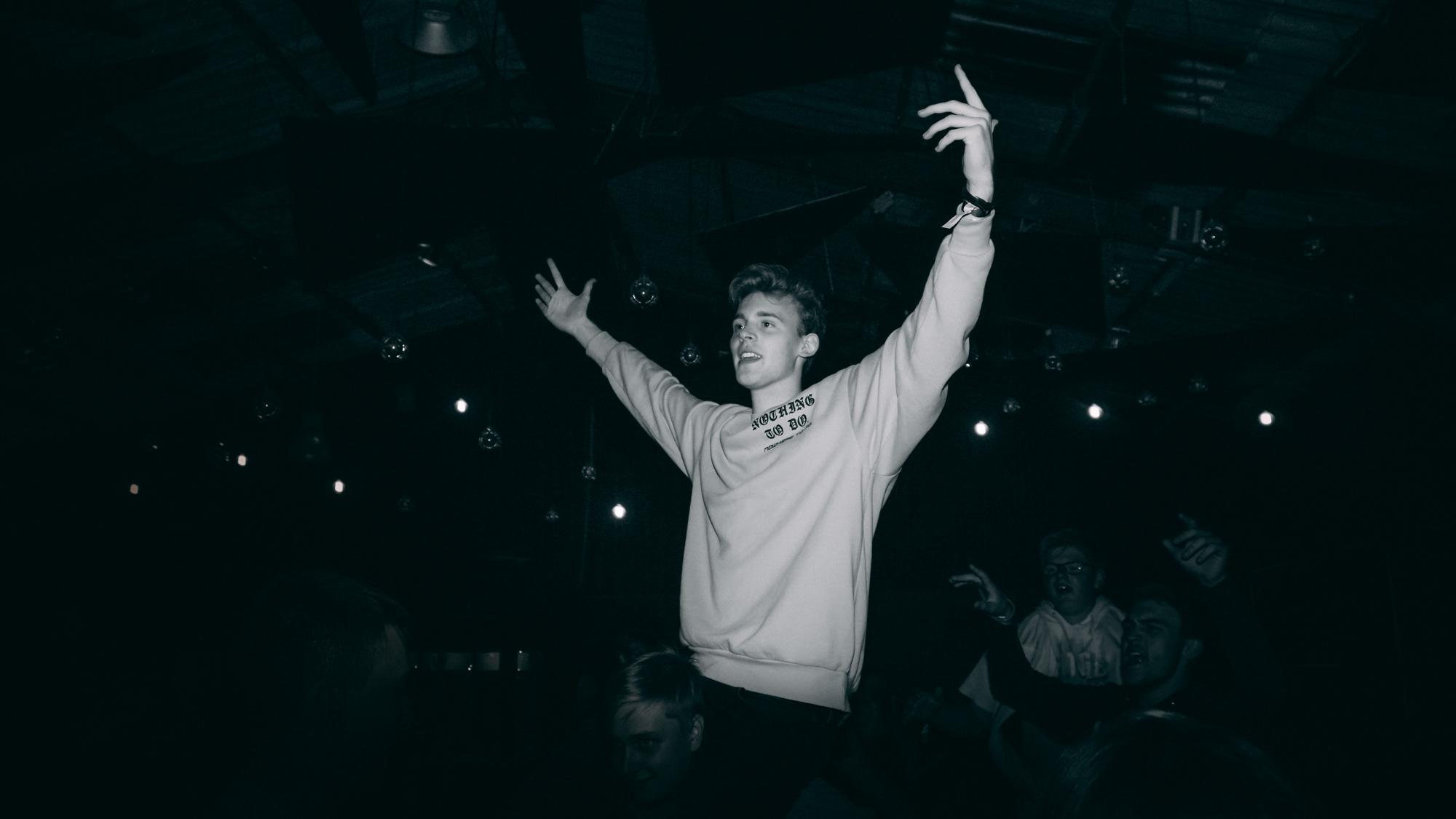 Deltamination Junge mit ausgestreckten Armen auf Party