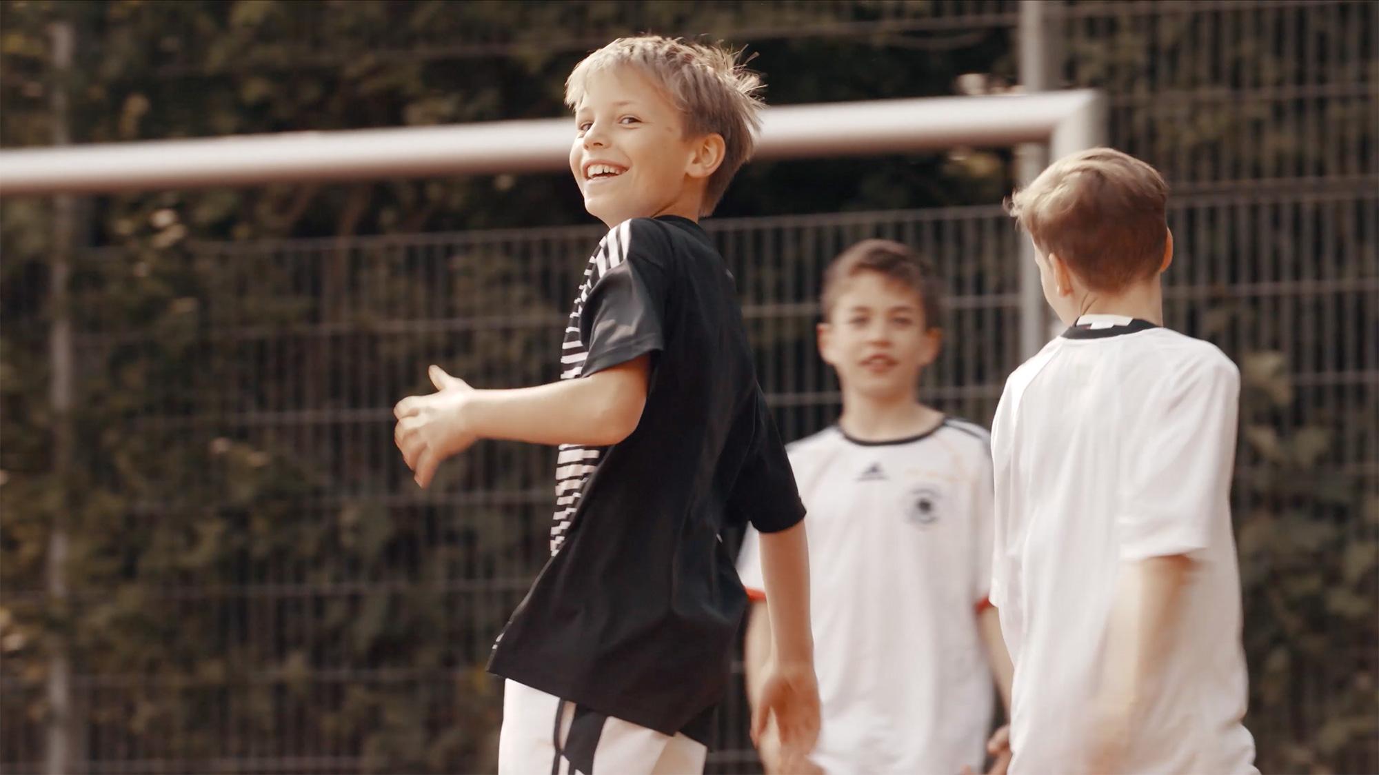 Junge beim Fußballspielen