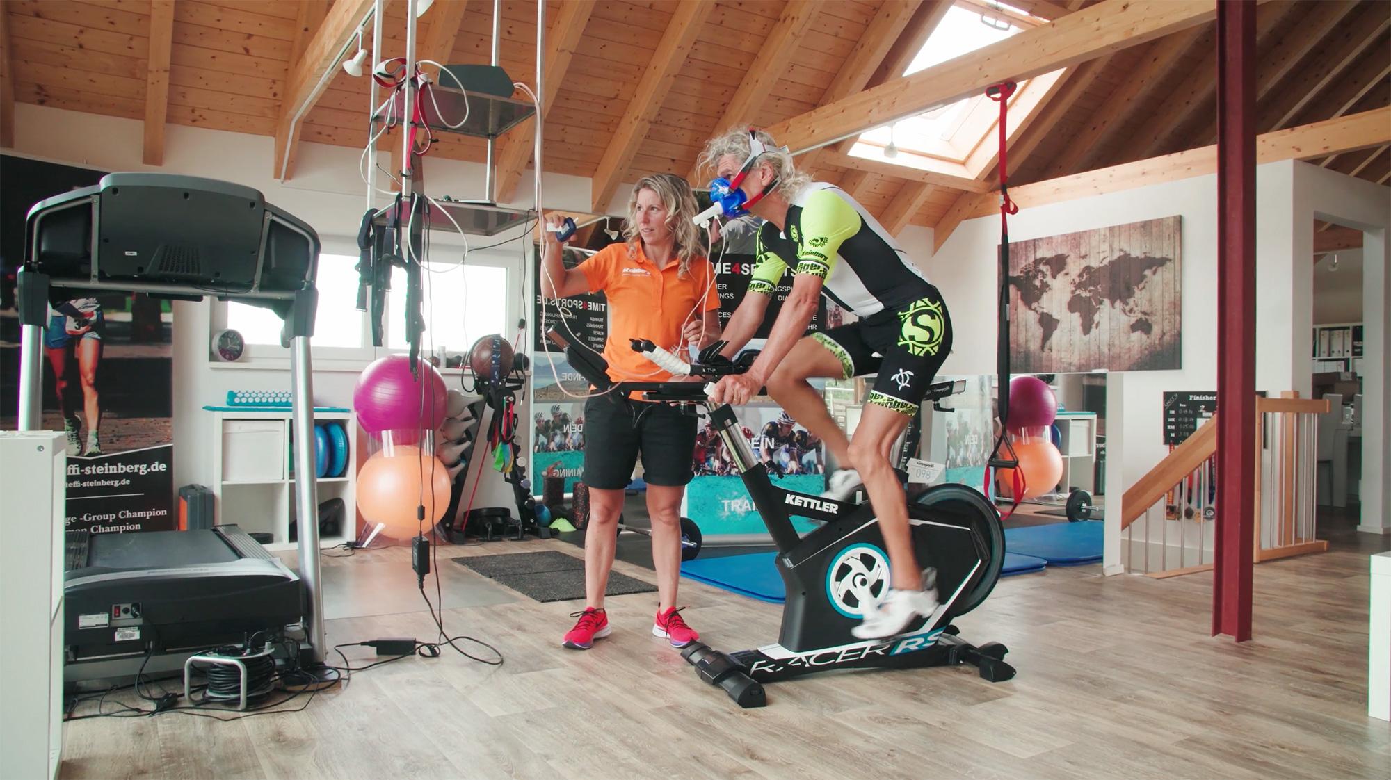 Triathlet auf Trainingsfahrrad