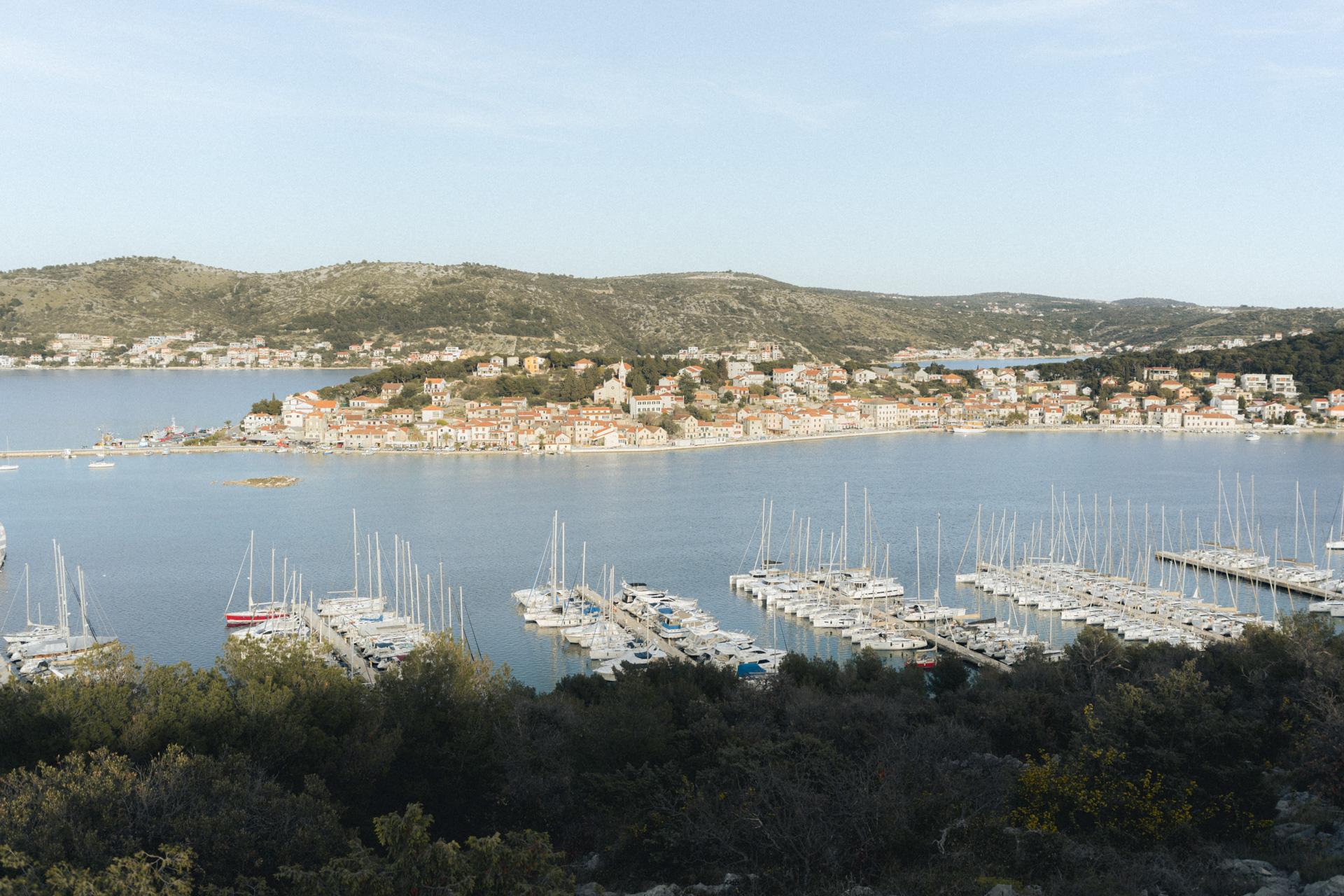 Blick auf Bucht mit Hafen in Kroatien