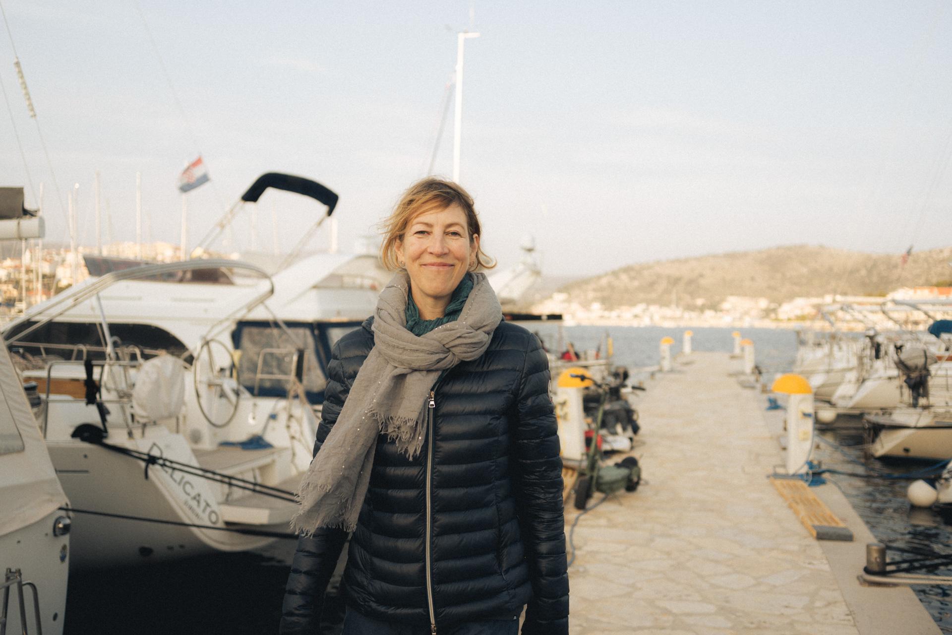 Frau im Hafen