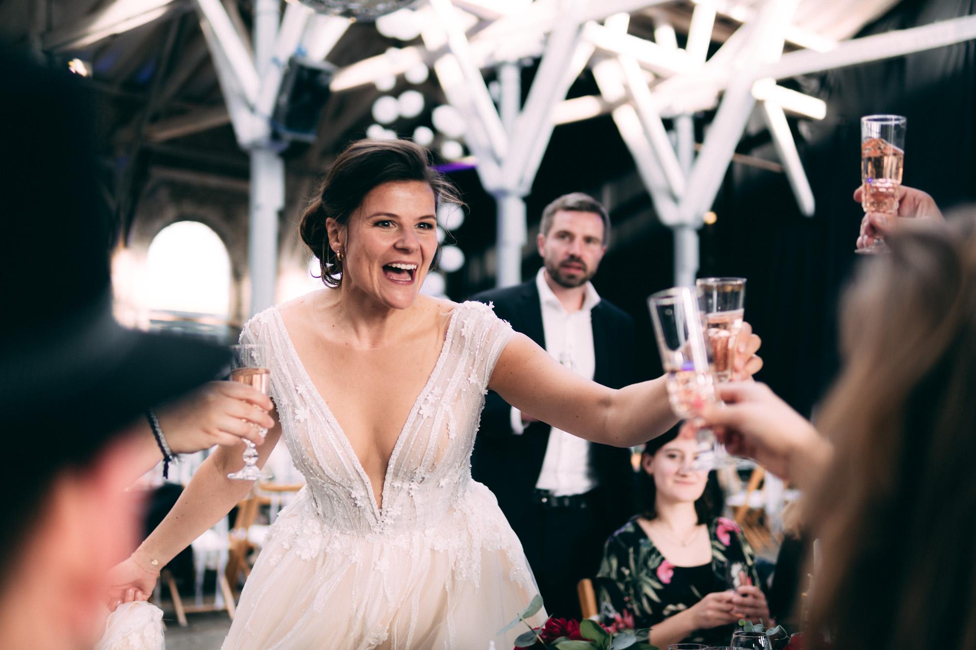 Braut stößt mit Gästen an