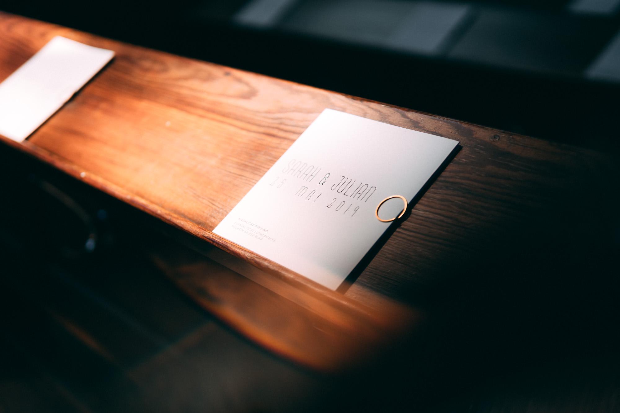 Kirchenbank mit Einladungen