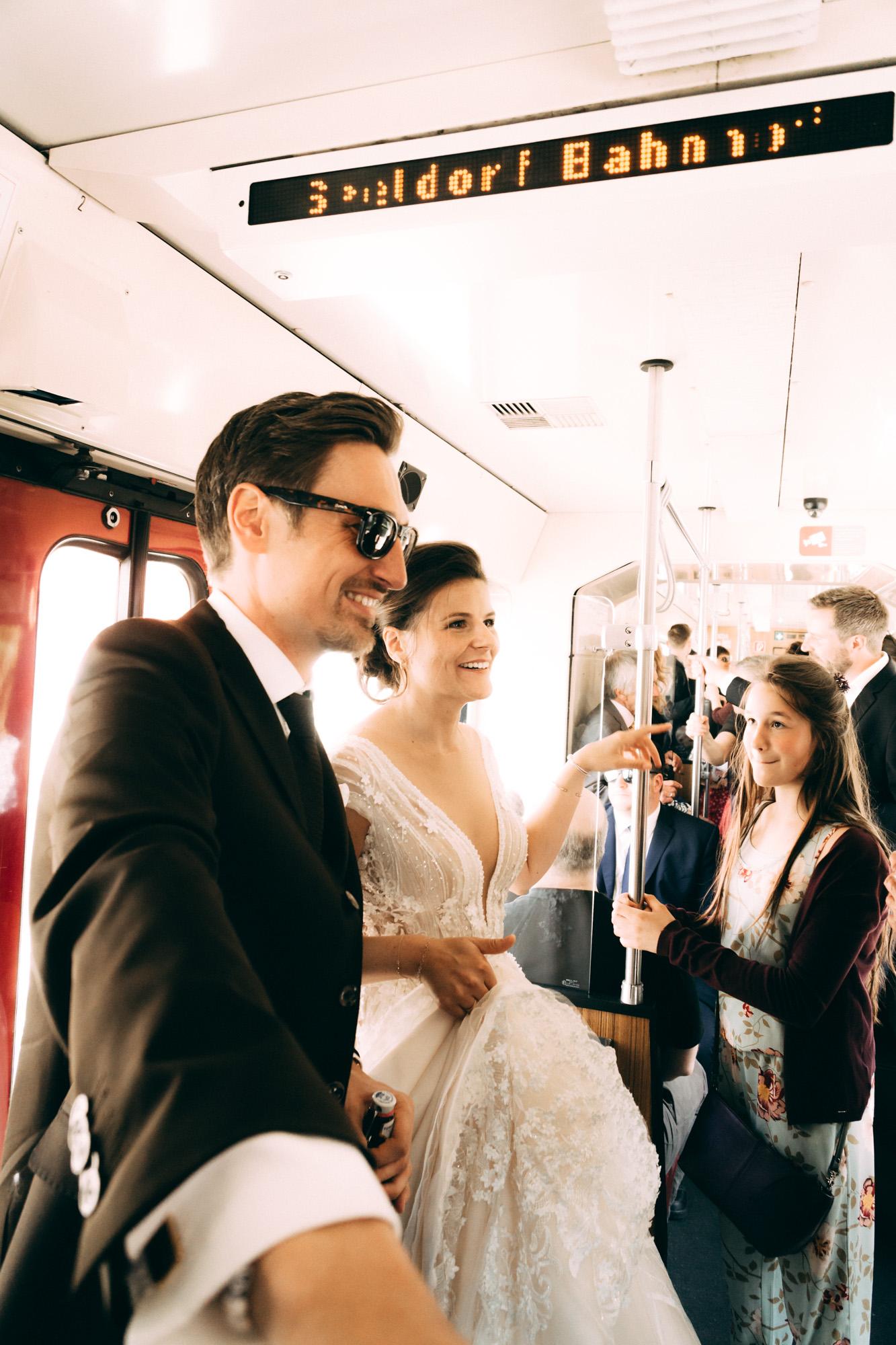 Hochzeitspaar  in Straßenbahn