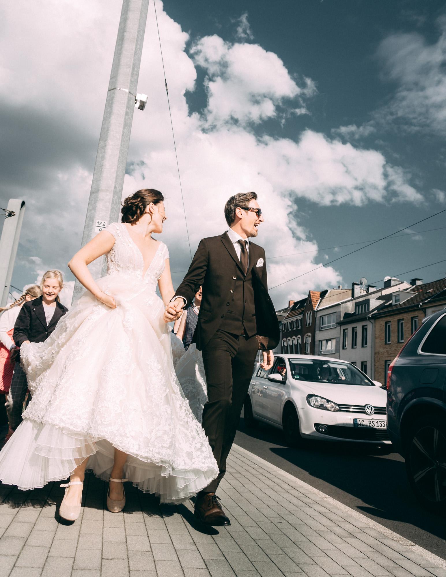 Hochzeitspaar auf Straße