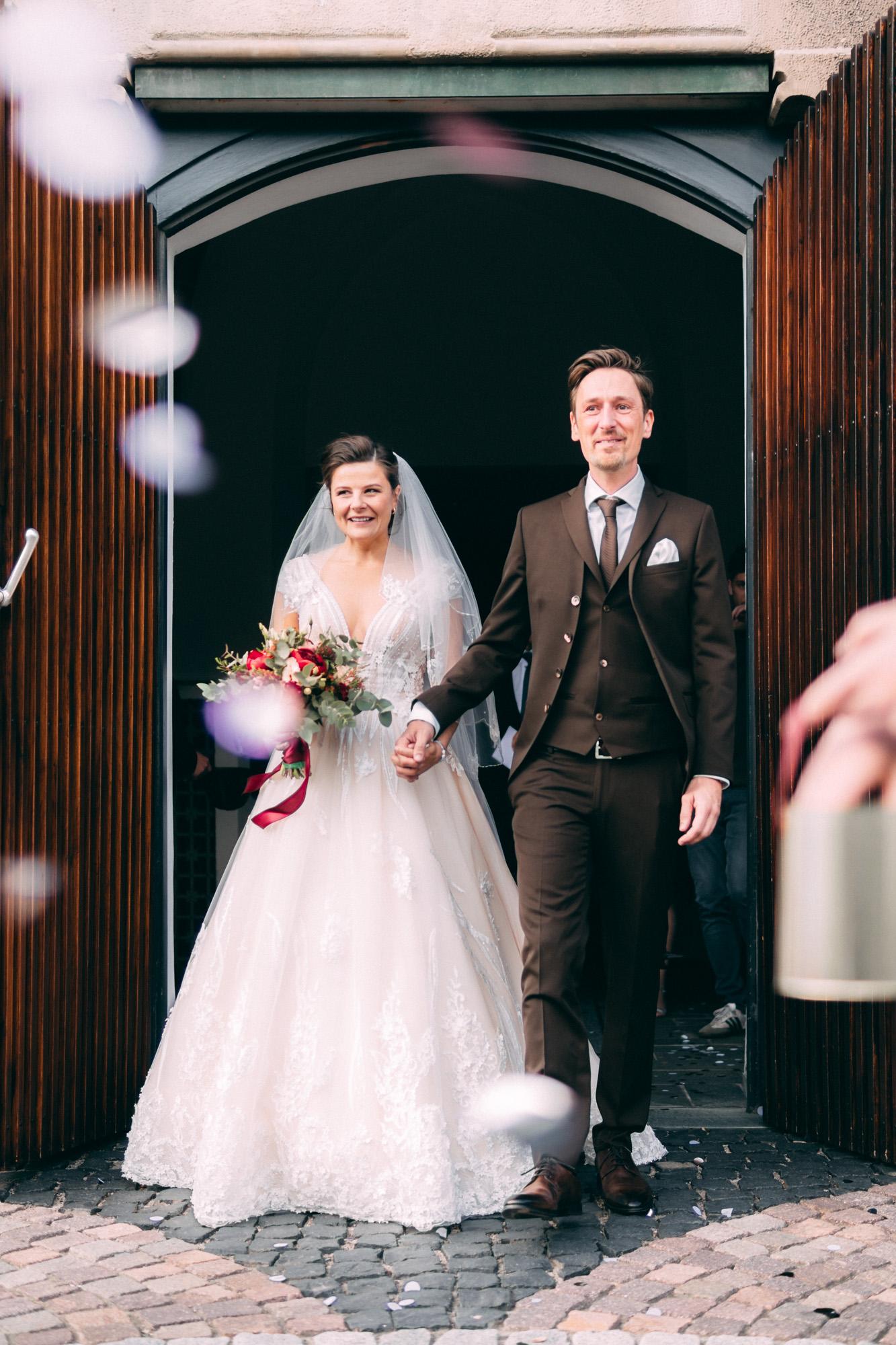 Ehepaar vor Kirche