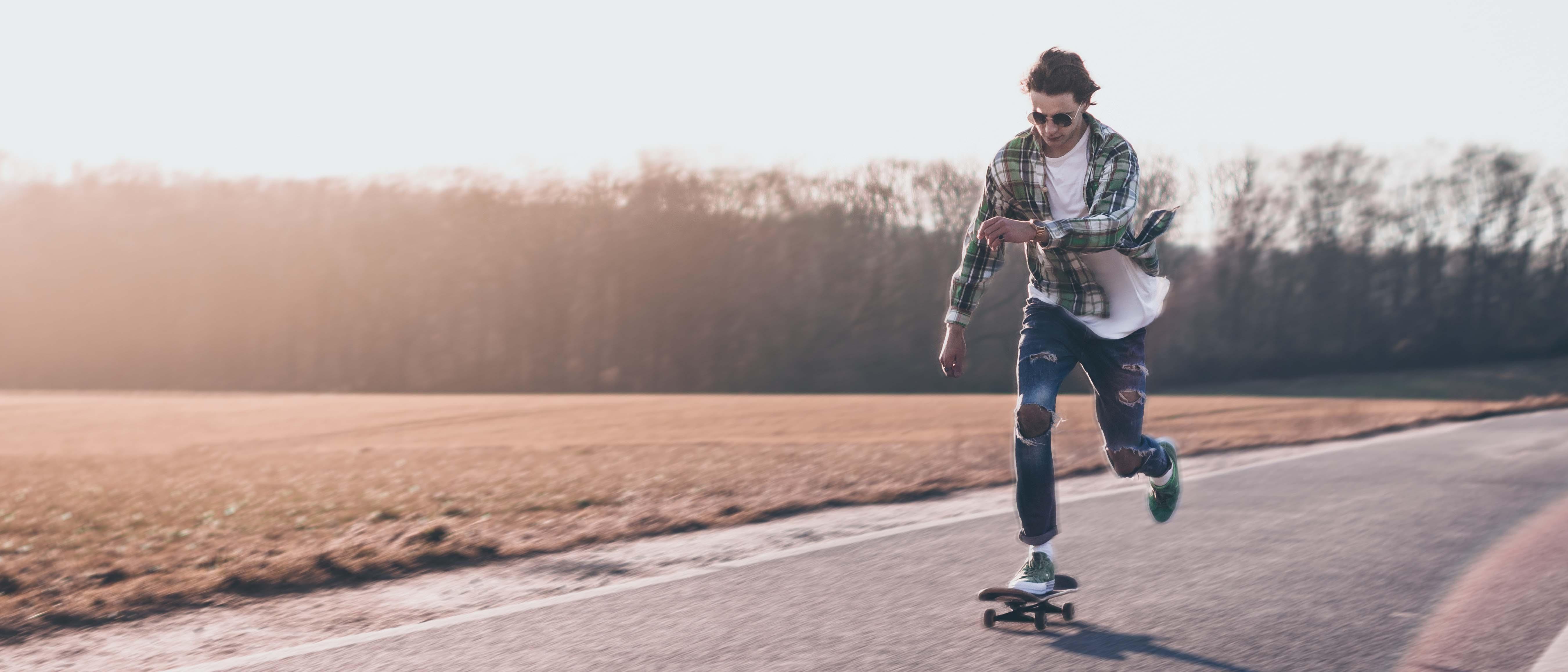 Tristan auf Skateboard für Converse