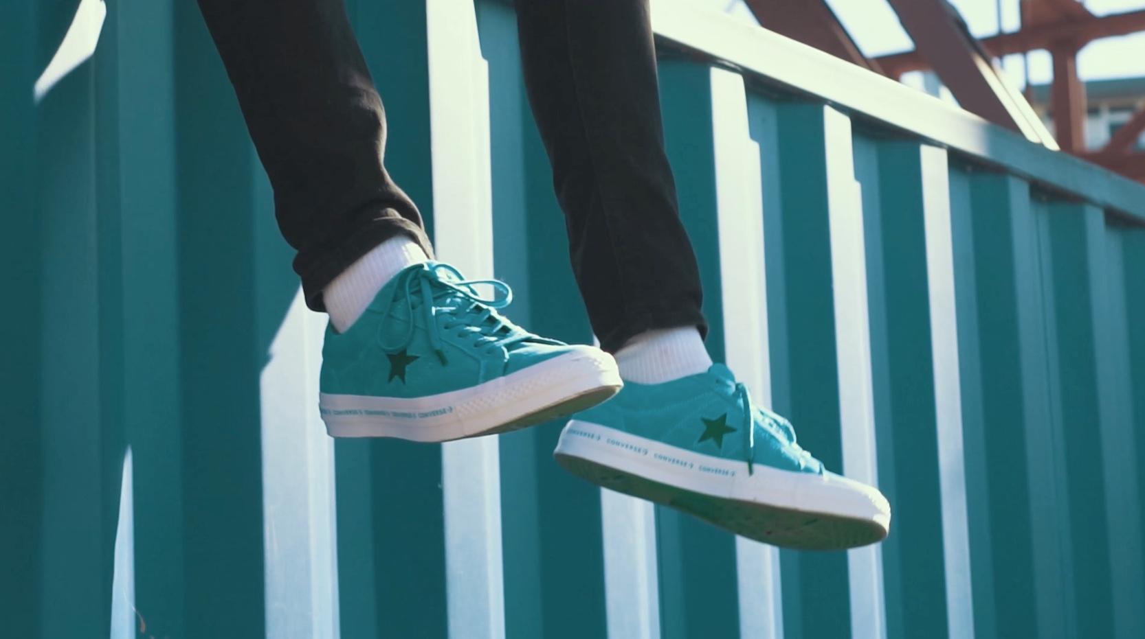 Converse Schuhe vor blauem Hintergrund