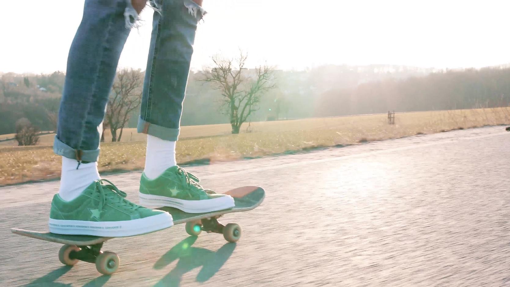 Converse auf Skateboard
