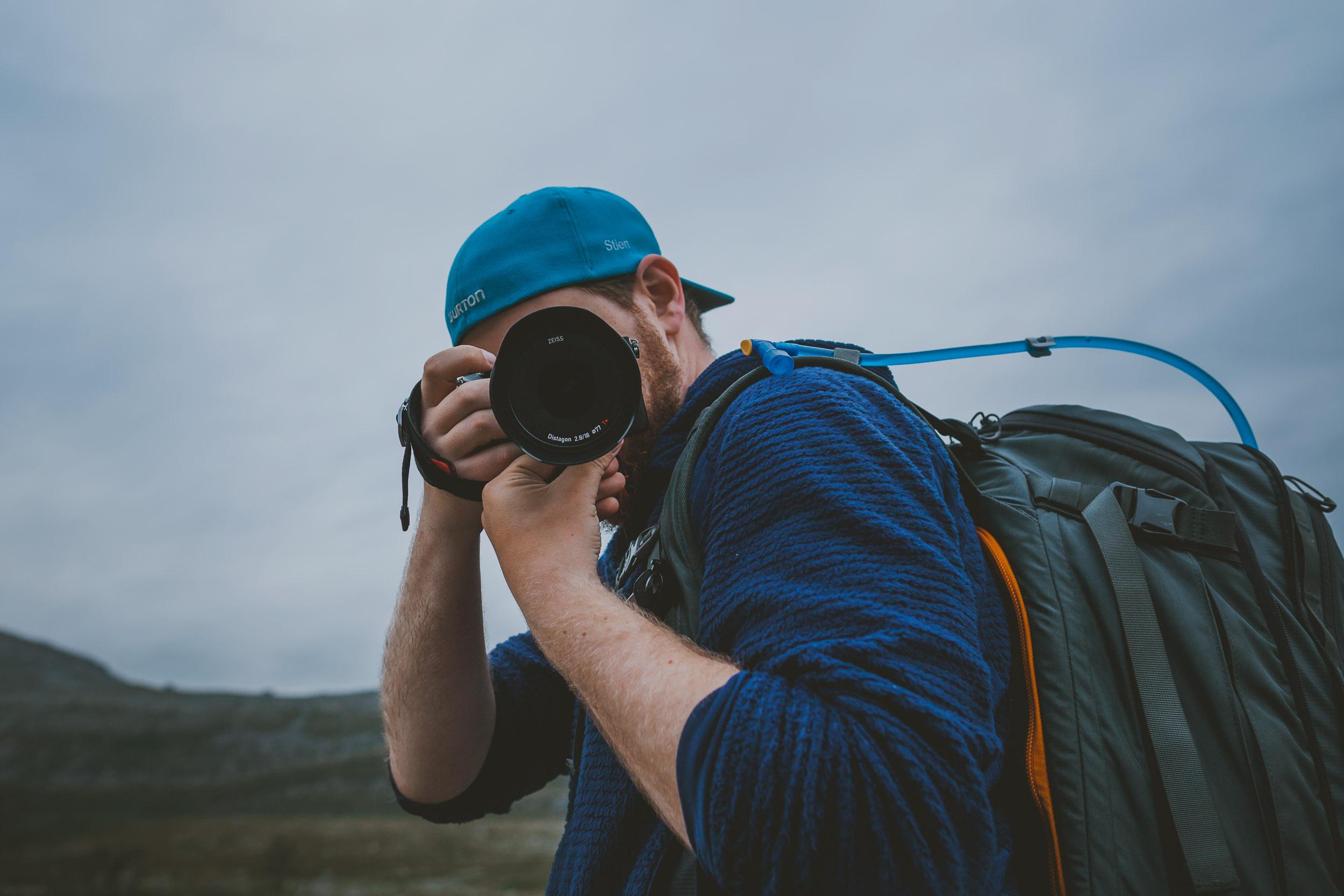 Mann som fotograferer med Sony kamera