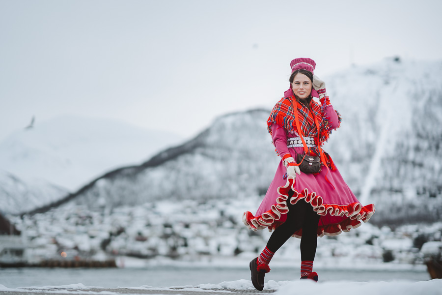 Samisk kvinne med selvsydd drakt