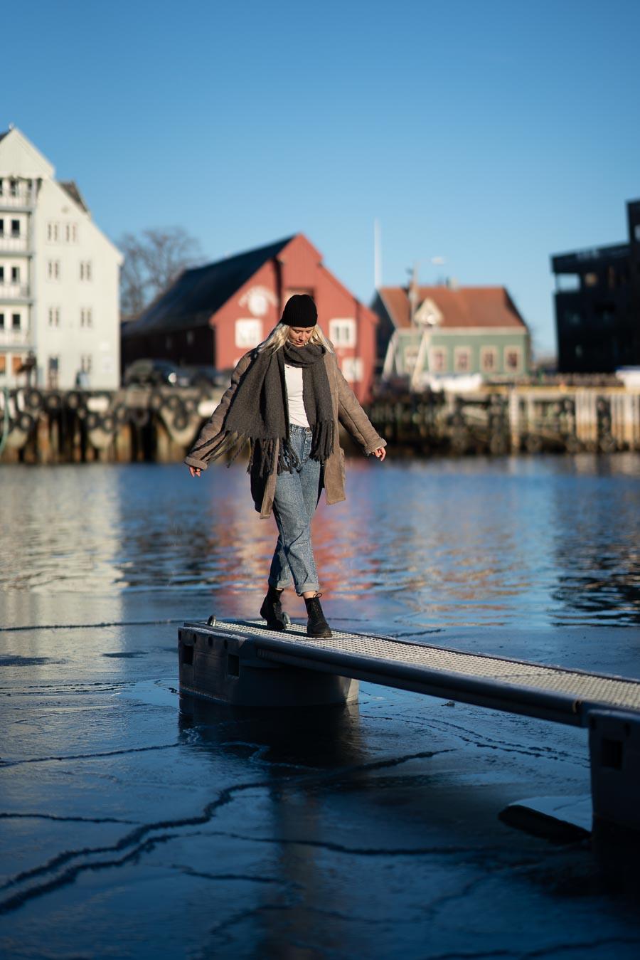 Artisten Dagny balanserer på en kai