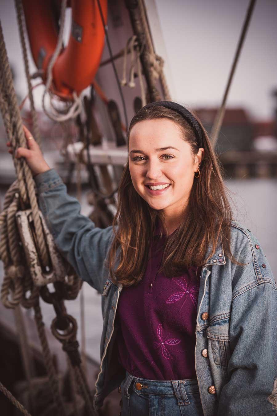 Kvinne står på en båt