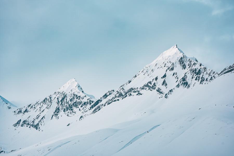 To fjelltopper på svalbard dekt med snø