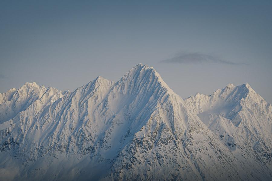 Snødekte fjelltopper i Lyngen