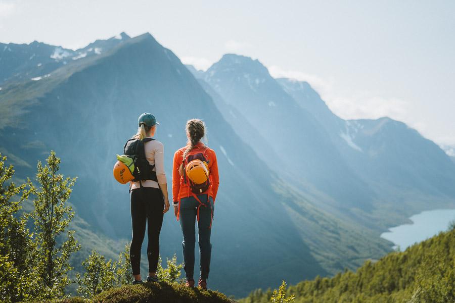 to damer ser ut over de fantastiske fjellene i lyngen.