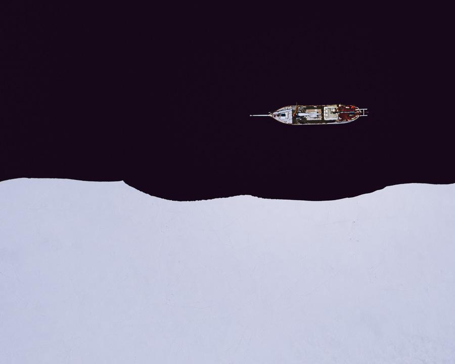 Båt ligger ved siden av sjøisen