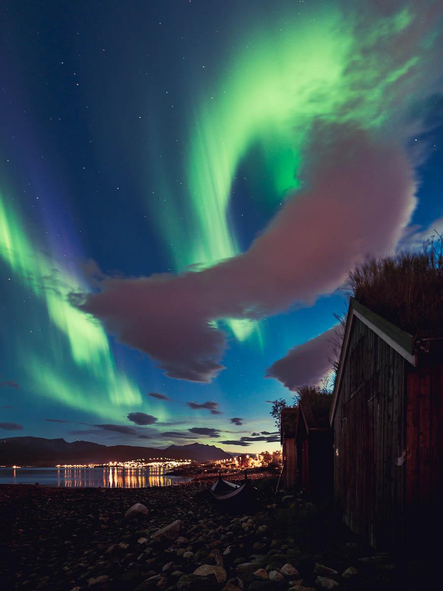 Naust med nordlys dansende på Kvaløya