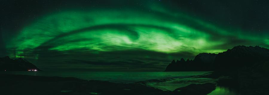 Panorama av hele himmelen fylt med nordlys i Senja