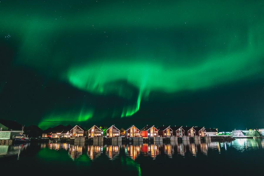 Rorbuer i Lofoten med nordlyset dansende over.