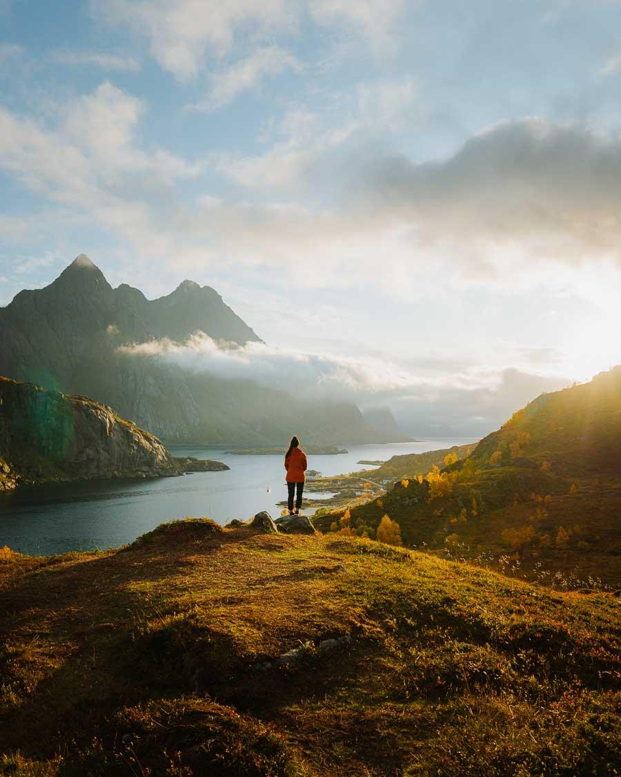 Dame nyter utsikten av fjell i Lofoten. Nydelig vær.