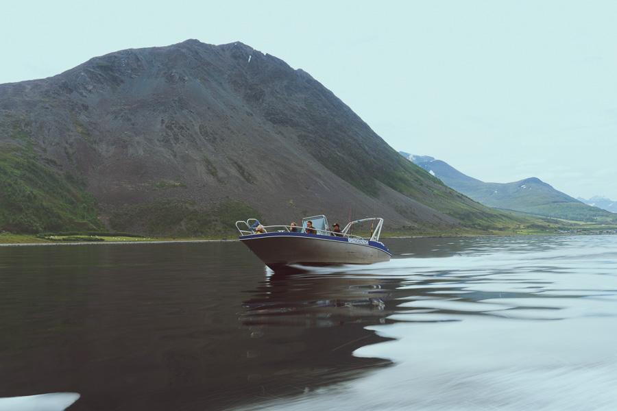 Liten båt i full fart