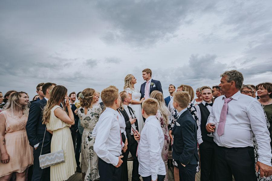 Gjester ser på brudeparet under bryllup