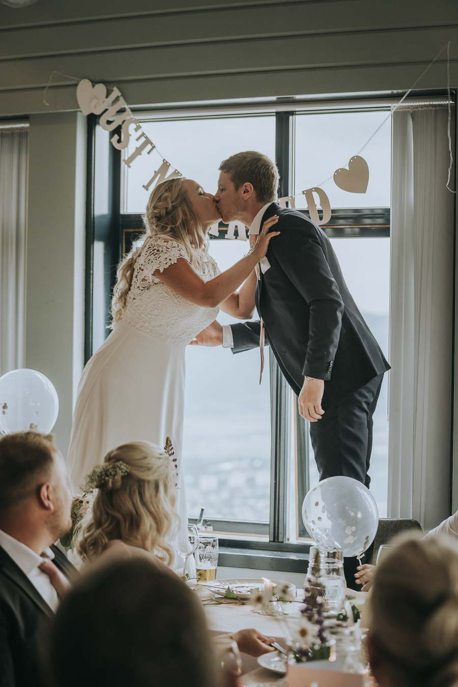 Brud og brudgom kysser