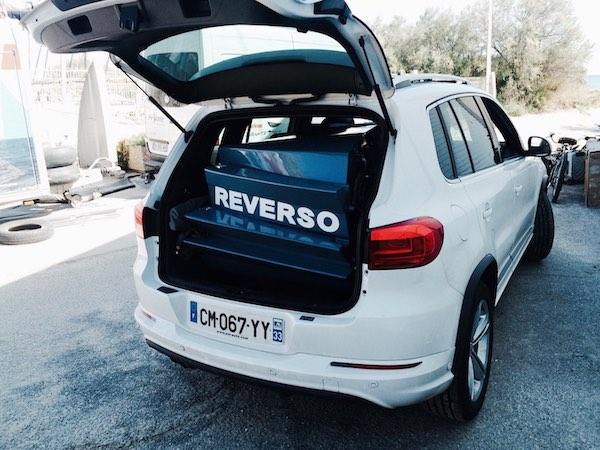 Dériveur démontable Reverso cobalt blue dans le coffre d'un SUV VW Tiguan