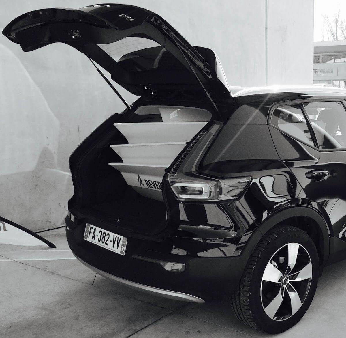 Le dériveur démontable Reverso Air dans le coffre d'une voiture